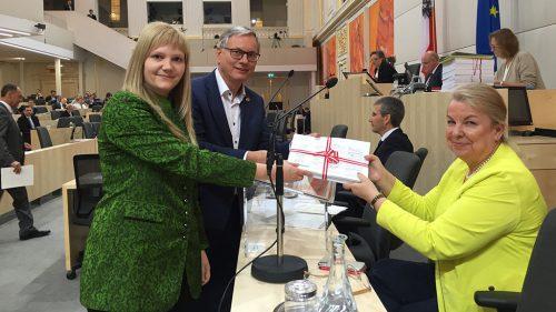 NR Stöger und NR Feichtinger übergeben Petition an BM Hartinger-Klein